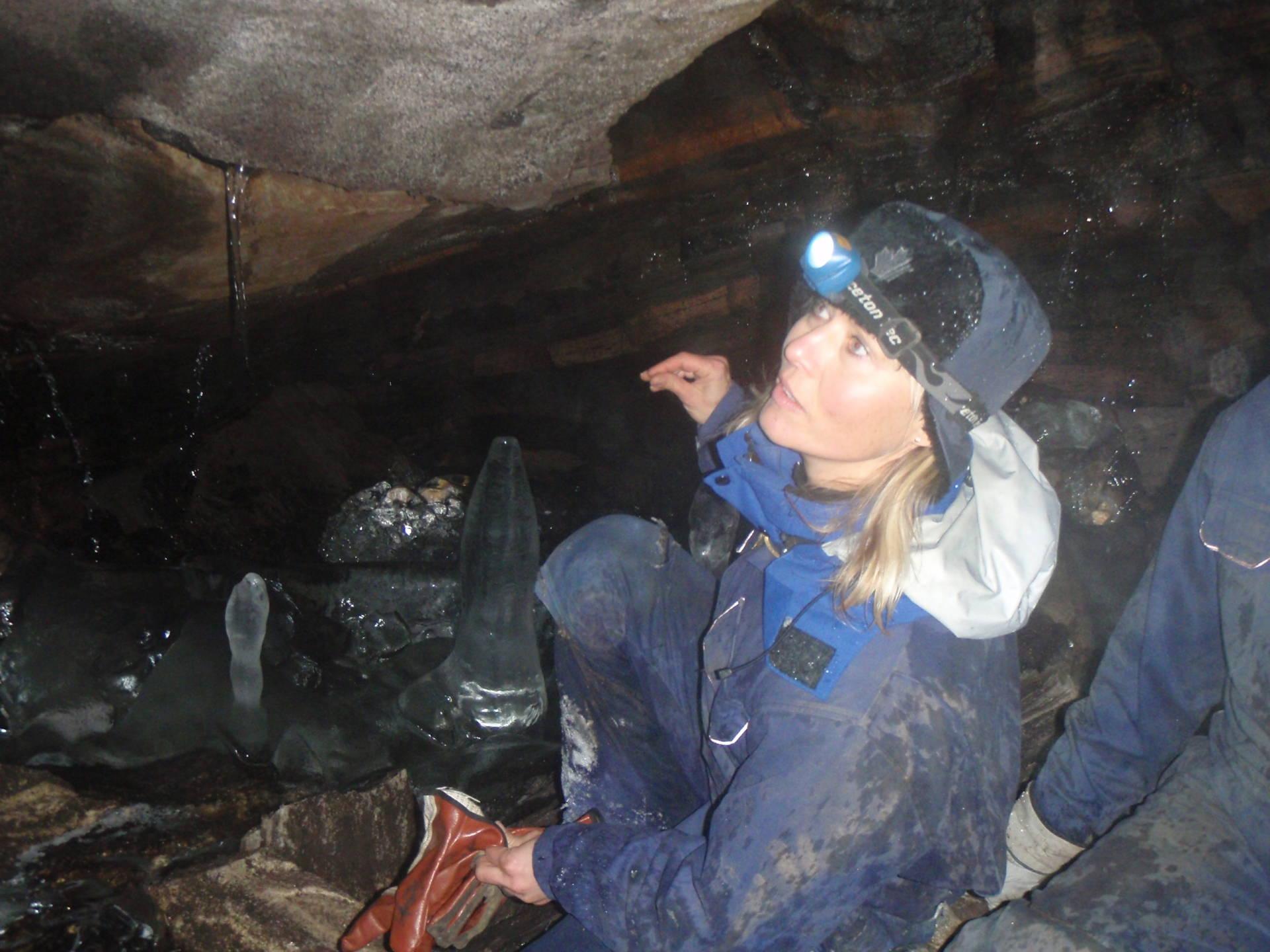 Cave tour to Kvarnbäcks labyrinth